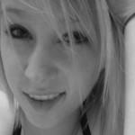Une belle paire de seins pour cette blonde EMO