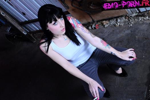 emo sexy Cette jolie emo dévoile sa jolie chatte rose et lisse